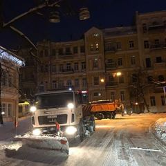 За добу зі столичних доріг вивезено понад 2 тонни  снігу