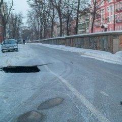 У Дніпрі утворився 6-метровй провал дороги (фото)