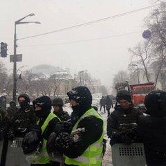 Сутички під Радою: комунальні служби розбирають наметове містечко
