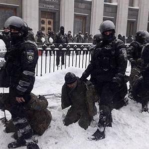 В МВС прокоментували, чому затримані перед ВР перебували на колінах у снігу