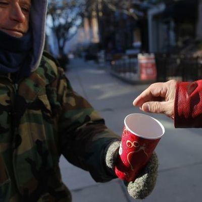 Стало відомо, який відсоток українців регулярно подає милостиню жебракам