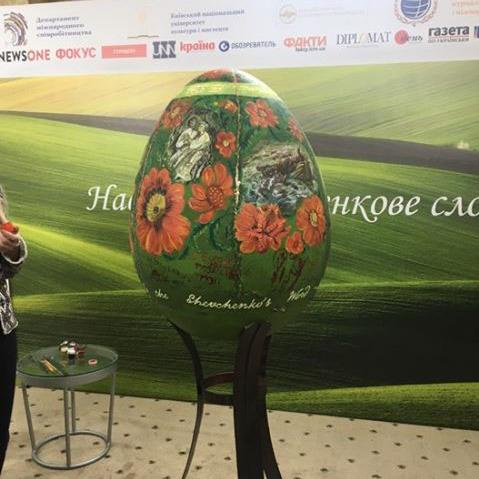 Посли 5 країн розписали найбільшу в світі «Шевченкову писанку»