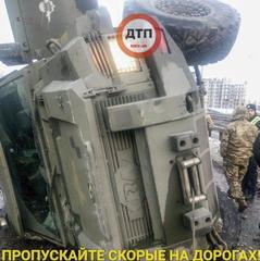 У Києві перекинулася бронемашина (фото, відео)