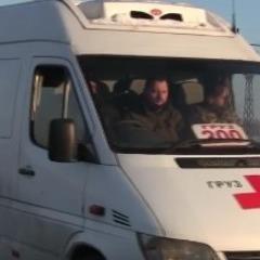 Українські військові передали родичам тіло російського найманця (відео)