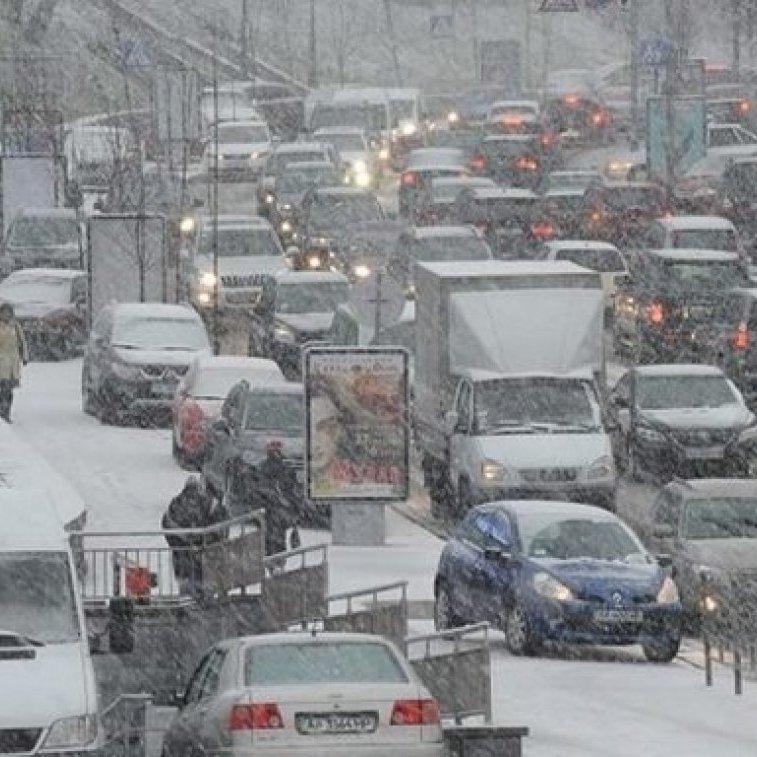 В Києві затори вже сягнули позначки в 9 балів