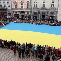 У Львові сотні людей виконали Гімн України (фото, відео)