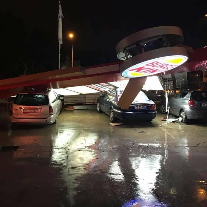 В Італії смерч та сильний вітер перекидав машини та зривав рекламні щити (фото)