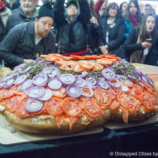 Бублик-рекордсмен: у Нью-Йорку приготували 100-кілограмовий бублик (фото)