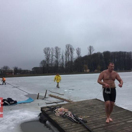 Адвокат із Коломиї проплив під кригою 61 метр і встановив рекорд України