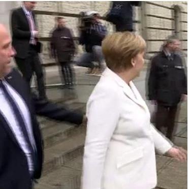 Невідомий напав на Меркель після виборів у Бундестазі (відео)