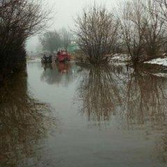 Під Києвом дорога перетворилась на озеро: людей переправляли човном (фото)