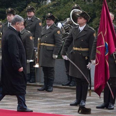 Курйоз із солдатом почесної варти на Банковій: хлопець розповів про вдягнену президентом шапку