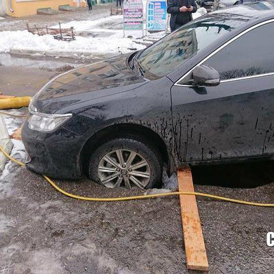 У Черкасах автомобіль провалився в яму (фото)