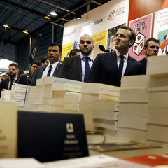 Макрон відмовився відвідувати стенд РФ на Паризькому книжковому ярмарку