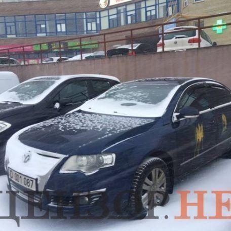 Автомобілі російських дипломатів «прикрасили» українською символікою (фото)