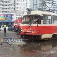У Києві вантажівка протаранила трамвай із пасажирами (фото)