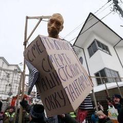 У Києві активісти закидали яйцями консульство Росії і «повісили» опудало Путіна (фото)