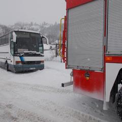 На Тернопільщині у сніговому заметі застряг міжнародний автобус з пасажирами (фото)