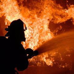У чорній завісі диму: на ринку у Чернівцях спалахнула пожежа (відео)