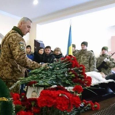 У Миколаєві на колінах попрощалися з льотчиком-героєм Волошиним (фото)