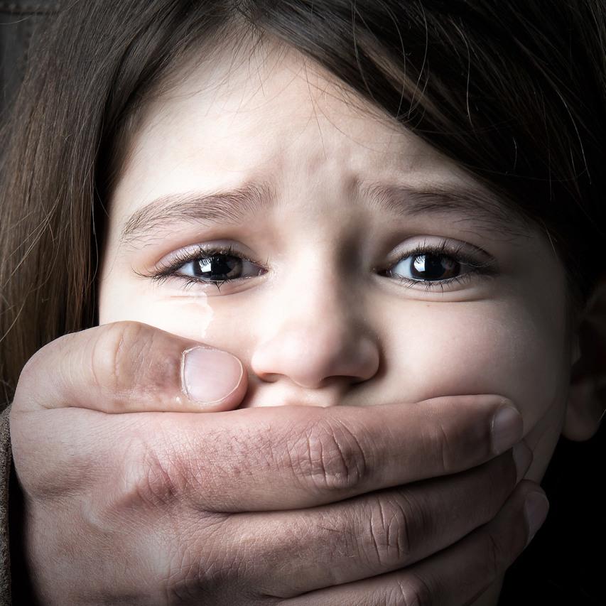 Батьки півроку тримали 13-річну дочку у шафі