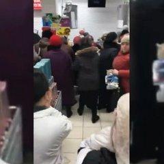В Росії покупці супермаркета влаштували бійку через акційні чашки (відео)
