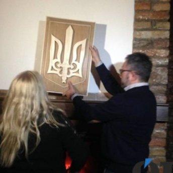 Мати поляка купила та встановила новий герб у Тернополі, який спалив її син