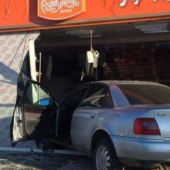 На Рівненщині автомобіль врізався у магазин з хлібом (фото)