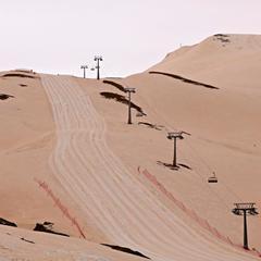 В Грузії на гірськолижному курорті випав рожевий сніг (фото)