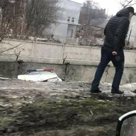 В Одесі патрульний автомобіль злетів із мосту: є постраждалі