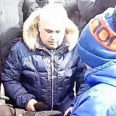 Трагедія в Кемерові: віце-губернатор став на коліна перед місцевими жителями (фото)