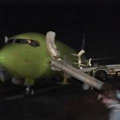 У московському аеропорту Домодєдово задимівся літак із пасажирами