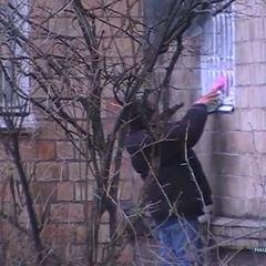 На столичному Подолі мати із донькою через вікно квартири продавали самогон