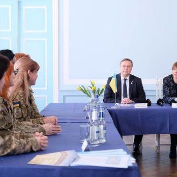 Президент Естонії зустрілася з українськими жінками-військовослужбовцями, які прибули у країну на реабілітацію