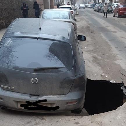 В Одесі автомобіль провалився в 4 - метрову яму посеред дороги