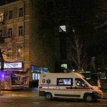 У центрі Києва з даху будинку впала дівчина