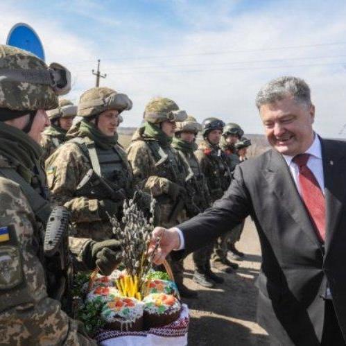 Порошенко передав українським військовим на Донбасі незвичний подарунок від дружини (фото)