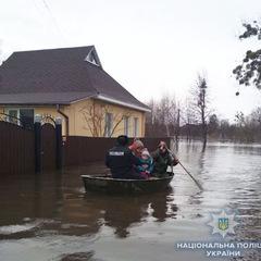 На Сумщині повінь, поліція на човнах рятує людей (фото)