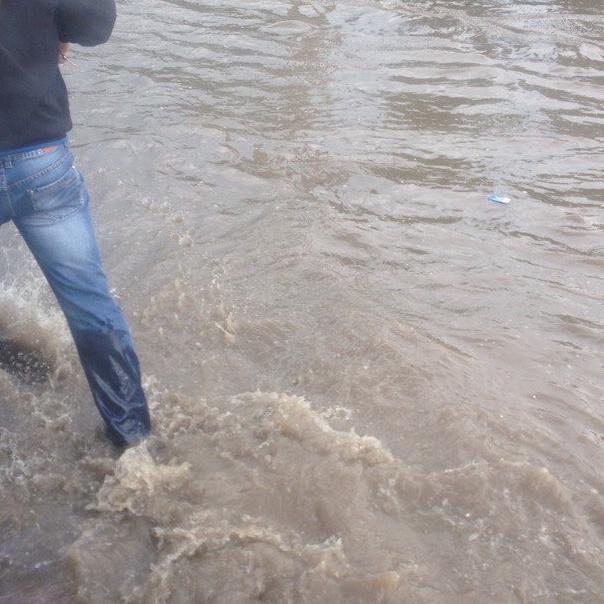 Траса з Києва до Харкова перетворилася на річку (відео)