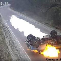 На Тернопільщині молоковоз перекинувся і загорівся: водій дивом лишився живим (відео)