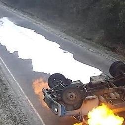 На Тернопільщині перевернувся і загорівся молоковоз: водій дивом врятувався