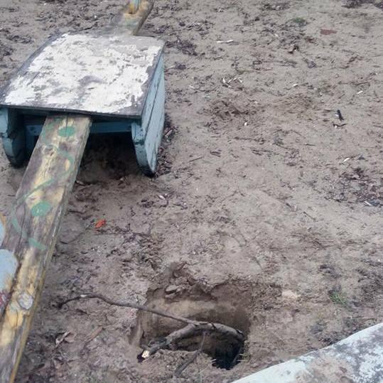 У Кривому Розі жінка провалилася під землю на дитячому майданчику (фото)