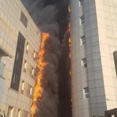 У Стамбулі горить лікарня-багатоповерхівка: здійнявся чорний стовп диму (фото, відео)