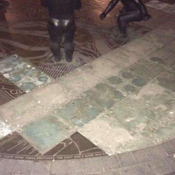 У Києві затримали пару, яка крала бронзові фрагменти фонтана