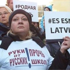 Жінка, яка називала себе одеситкою і «біженкою з Києва», з'явилася на мітингу в Ризі із плакатом «Я – Латвія» – ЗМІ