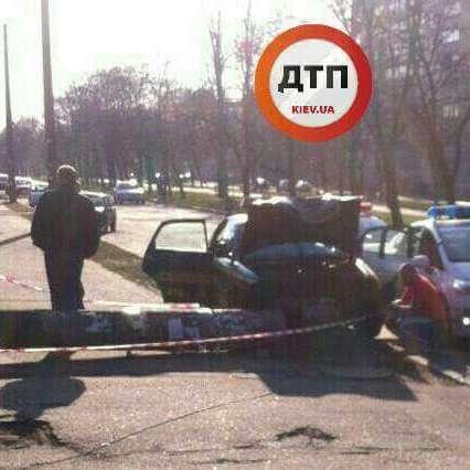 У Києві учбовий автомобіль зніс бетонний стовп