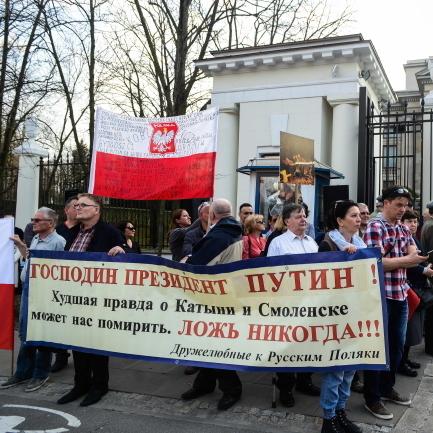Перед посольством РФ у Варшаві вимагали повернути уламки Ту-154М