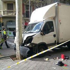 У Барселоні вантажівка в'їхала у натовп людей
