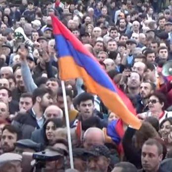 У Єревані сотня протестувальників проти прем'єрства Сержа Саргсяна увірвалася в будівлю Громадського радіо Вірменії
