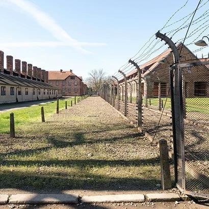 У Німеччині 94-річного охоронця Освенцима будуть судити як неповнолітнього
